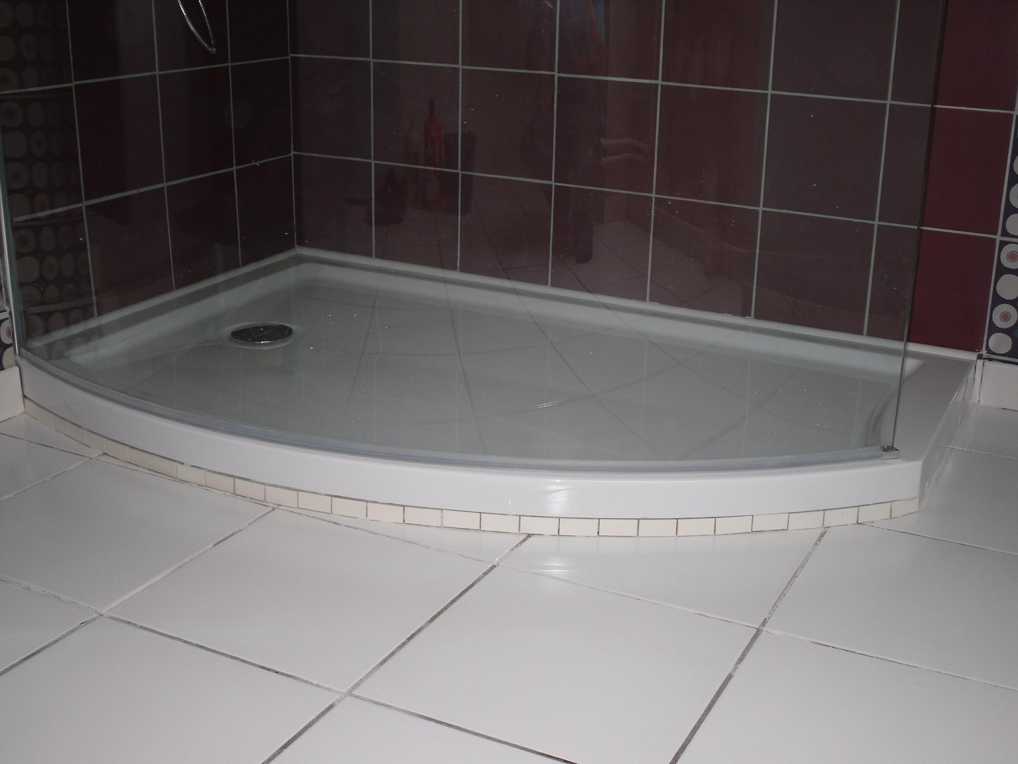 Pose petit carrelage sous le receveur for Pose faience douche